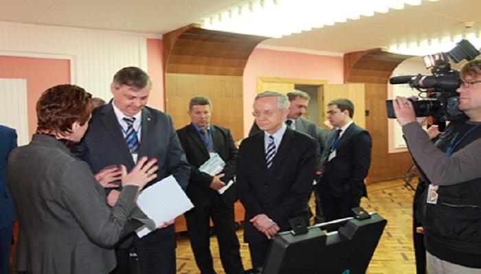 Danish Ambassador and Deputy Governor of Arkhangelsk visiting Kamstrup at the Danish exhibition